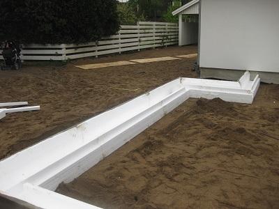 betongplatta som grund för tillbyggnad mot befintligt hus med krypgrund