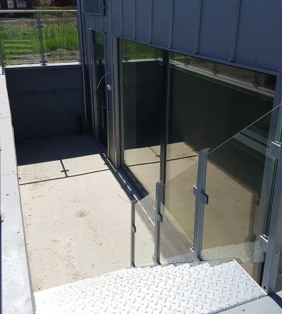 brunn vid känsliga ställen såsom källartrappa , garageinfarter